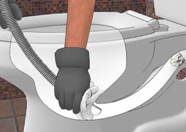 Cách thông tắc bồn cầu với máy hút bụi đa năng
