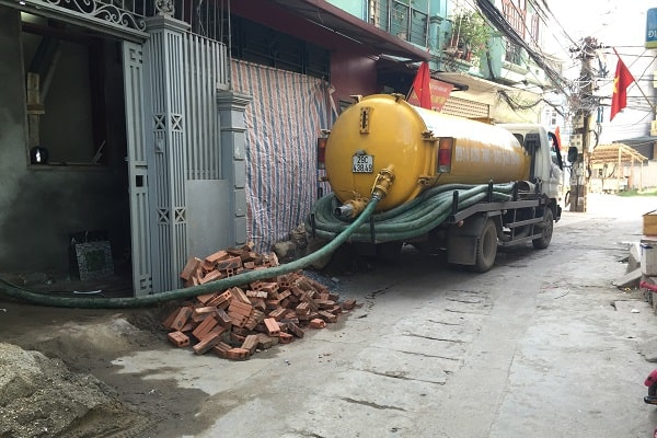Hút bể phốt tại nhà dân ở Ninh Bình