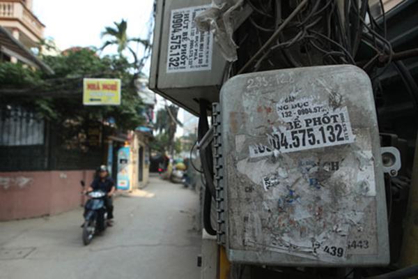 Quảng cáo hút bể phốt được dán tràn lan trên các cột điện