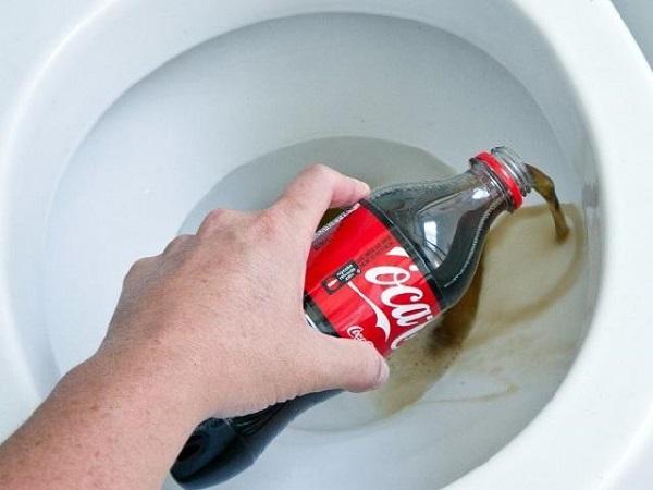 Nước ngọt có ga có tác dụng làm phân rã các chất thải bám lâu ngày trên bồn cầu