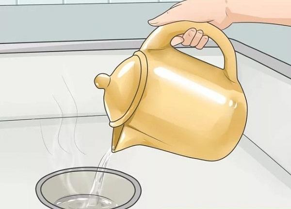 Thông cống bằng nước sôi là cách đơn giản nhất