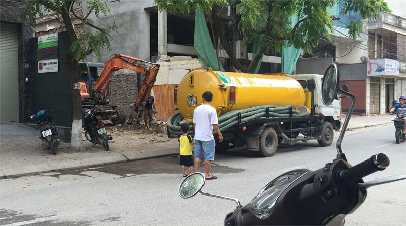 xe hút bể phốt tại đình thôn